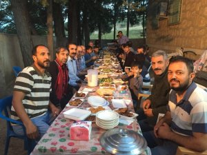İmam cami cemaatine iftar yemeği verdi