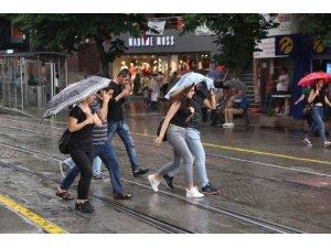 Eskişehir'de kısa süreli sağanak yağış etkili oldu