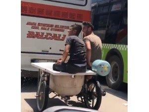 İçi su dolu küvetle motosiklette yolculuk