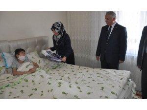 Vali Yıldırım kazara yaralanan çocuğu ziyaret etti