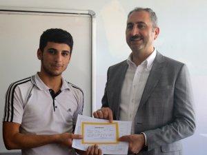 Adalet Bakanı Gül öğrencilere karnelerini dağıttı