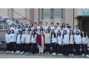 Sağlık öğrencileri mezuniyet coşkusunu öğretmenleri ile paylaştı