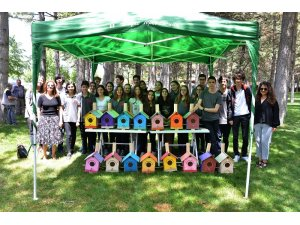 Lise öğrencilerinin hazırladığı 22 ahşap kuş yuvası parktaki ağaçlara asıldı
