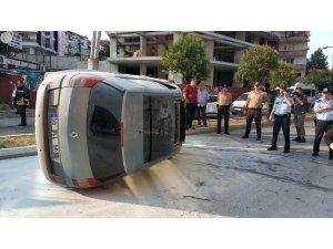 Samsun'da devrilen otomobil alev alınca vatandaşlar söndürdü