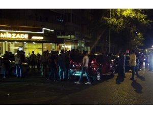 Sürücüler kaza yaptı, meraklı kalabalık tekme tokat kavga etti