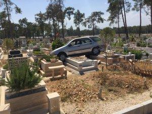 Fren yerine gaza basınca mezarların üzerine çıktı
