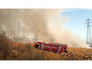 Avcılar'da buğday tarlasındaki yangın E-5'i dumana boğdu
