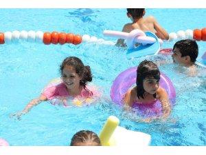 Bayraklılı çocukların havuz keyfi