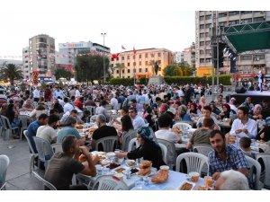 Kütahyalılardan Bornova Meydanı'nda iftar