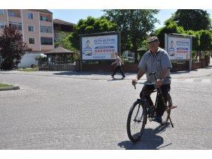 Doktor tavsiyesiyle aldığı bisikletine 52 yılını adadı, ilçede bisikletli heykeli dikildi