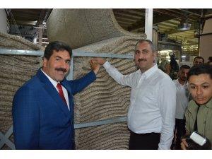 Adalet Bakanı Gül halı dokudu