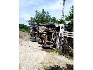 Kastamonu'da kum yüklü kamyon devrildi