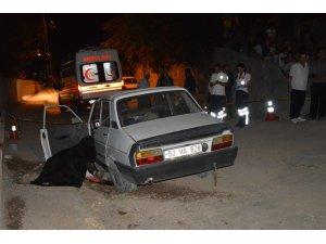 Otomobil mezarlık duvarına çarptı sürücü öldü