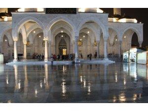Ankara'da vatandaşlar Kadir Gecesi'nde camilere akın etti