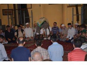 Bursa'da ziyarete açılan Sakal'ı Şerif'e  vatandaşlardan yoğun ilgi