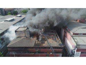 İplik atölyelerinin bulunduğu iş merkezinde yangın havadan görüntülendi