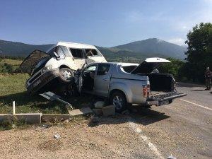Sivas'ta köy minibüsü ile pikap çarpıştı: 1 ölü, 8 yaralı
