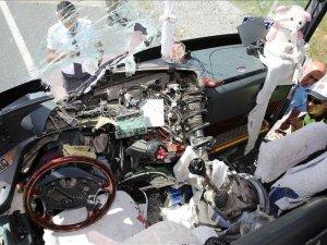 Aracın kopan aksı otobüsün ön camından girdi: 7 yaralı