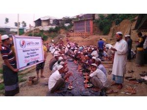 Topladıkları harçlıklarıyla 400 Arakanlıya iftar verdiler