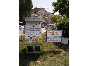 Sokak hayvanları için uyarı levhası