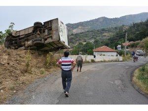 Manisa'da tarım işçilerini taşıyan minibüs devrildi: 4'ü çocuk 13 yaralı