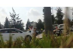 Aracı çekilen kadın, hırsını taşla aracının camı ve kaportasına zarar vererek aldı
