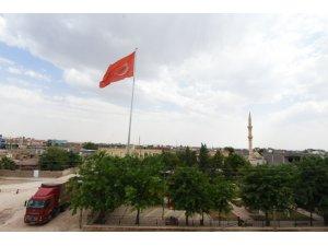 Artuklu Belediyesi Ortaköy'e dev Türk bayrağı astı