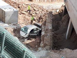 Otomobil 20 metreden inşaat boşluğuna uçtu: 4 yaralı
