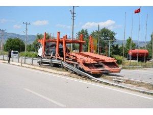 Araç taşıyan tır otomobile çarptı: 1 yaralı