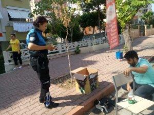 Kadın polis memuru yaralı kediye duyarsız kalamadı