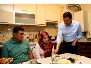 Başkan Ak iftarda şehit ailesini ağırladı