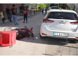 Metrelerce sürüklenen motosiklet park halindeki araca çarptı: 1 yaralı