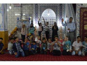 Cemaatin kovduğu çocukların gönlünü cami müezzini aldı