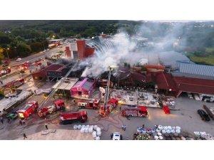 Kemerburgaz'da iş yerleri alev alev yandı