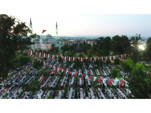 Kartepe'de 6 bin kişi kent iftarında buluştu