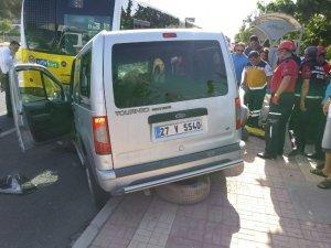 Hafif ticari araç yolcu otobüsüne arkadan çarptı: 2 yaralı