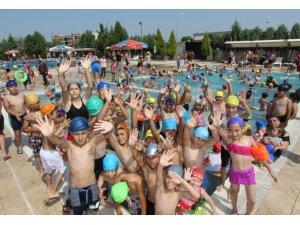 Saruhanlı Belediyesinden öğrencilere ücretsiz havuz
