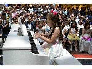 Piyanistliğe ilk adımı attılar