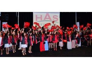 Liseli öğrencilerin mezuniyet sevinci