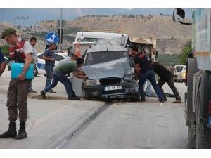 Otomobil, kırmızı ışıkta bekleyen araçlara çarptı: 1 yaralı