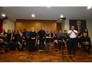 Adana Şehir Hastanesi Korosu müzik ziyafeti sundu