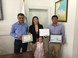 Kaymakam Özkan'dan başarılı öğretmene belgei
