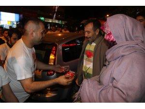 MHP Milletvekili Adayı Adem Yurdigül eşiyle birlikte bayram şekeri dağıttı