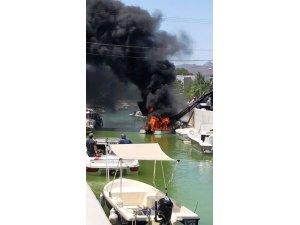 Denize indirilen tekne alev alev yandı