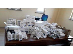 Manisa'da durdurulan araçtan kaçak cep telefonu parçaları çıktı