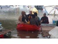 Başkent'te mahsur kalanlar botla kurtarıldı