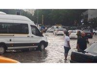 Başkent'te yollar su içinde kaldı