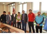 Başkan Bulutlar, millî güreşçiyi altınla ödüllendirdi