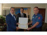 Kuşa kalp masajı yapan iyi kalpli polise üstün başarı belgesi