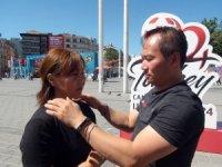 Taksim'de Malezyalı doktorlardan vatandaşlara ilginç masaj